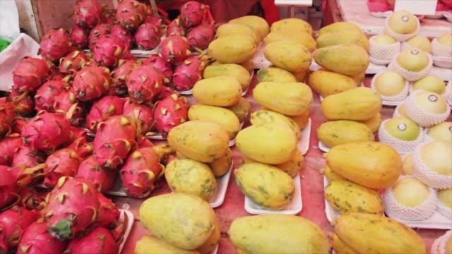 panorámica-de-frescos-de-frutas-y-verduras-en-un-mercado-de-calle