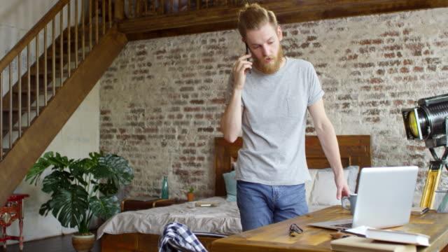 Hipster-hombre-hablando-por-teléfono-en-el-Apartamento-Loft