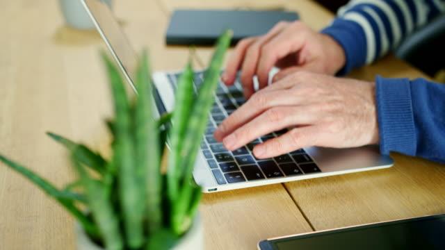 Lässige-Geschäftsmann-auf-Laptop-im-Home-Office-arbeiten