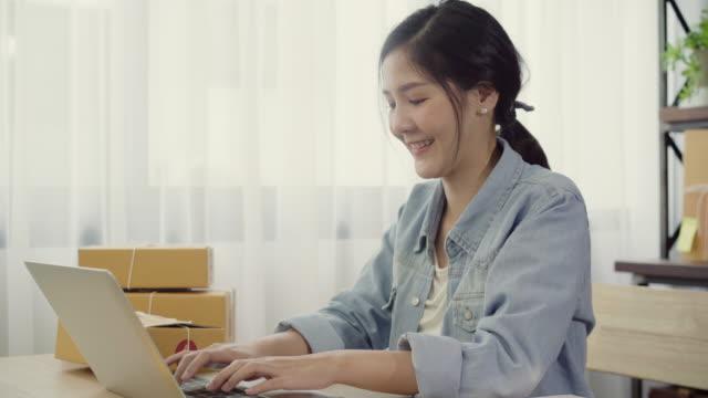 Empresario-joven-asiático-inteligente-hermosa-mujer-empresario-de-PYME-en-línea-control-de-producto-en-stock-y-guardar-en-el-equipo-de-trabajo-en-casa-Pequeño-empresario-en-concepto-de-la-oficina-en-casa-