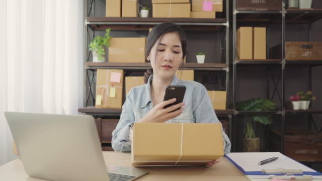 Empresario-joven-asiático-inteligente-hermosa-mujer-empresario-de-PYME-control-de-producto-en-stock-scan-código-de-qr-trabajar-en-casa-Pequeño-empresario-en-concepto-de-la-oficina-en-casa-
