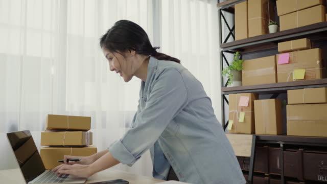 Empresario-joven-asiático-inteligente-hermosa-mujer-empresario-de-PYME-esta-feliz-bailando-mientras-logro-de-negocio-ver-Pequeño-empresario-en-concepto-de-la-oficina-en-casa-