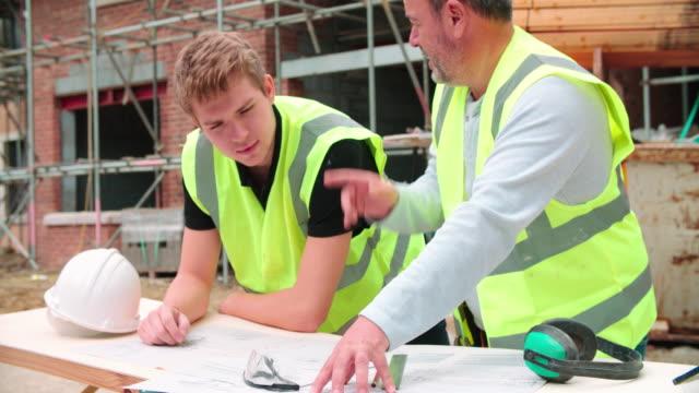 En-el-sitio-de-construcción-del-edificio-sobre-trabajo-con-aprendiz