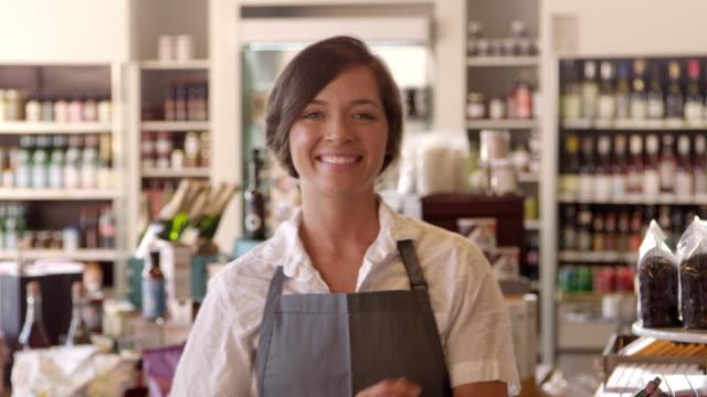 Retrato-de-mujer-empleada-en-delicatessen-Shot-en-R3D