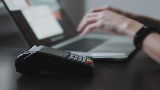Frau-nutzt-Kreditkartenterminal-im-Büro-