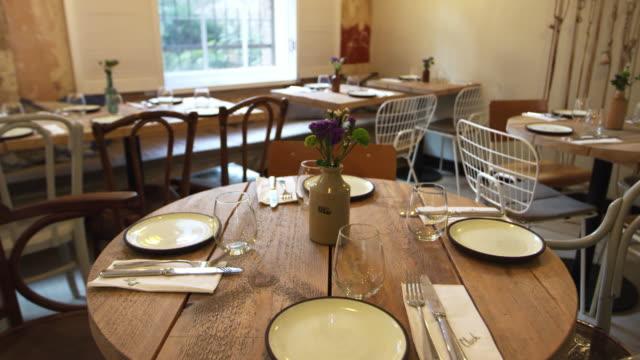 Restaurante-vacío-con-juego-de-mesas-y-sillas-tiro-de-la-inclinación