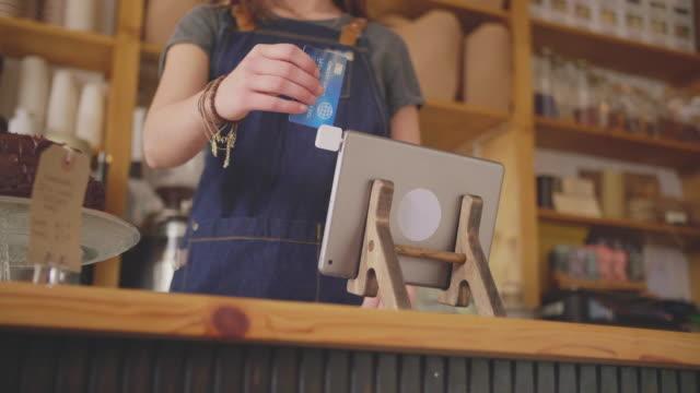 Deli-Shop-Kasse-Einlesen-Karte-auf-Digital-Tablette-am-Schalter
