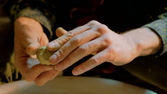 Silbato-haciendo-potter-profesional-en-taller-de-cerámica