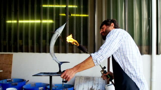 Escultura-de-pescado-preparación-artesano-4k