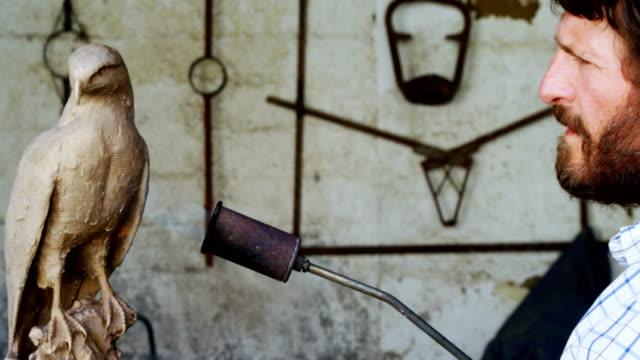 Artesano-prepara-escultura-pájaro-4k