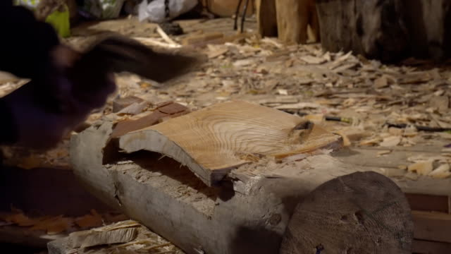 El-trabajo-de-un-experto-carpintero-con-un-hacha