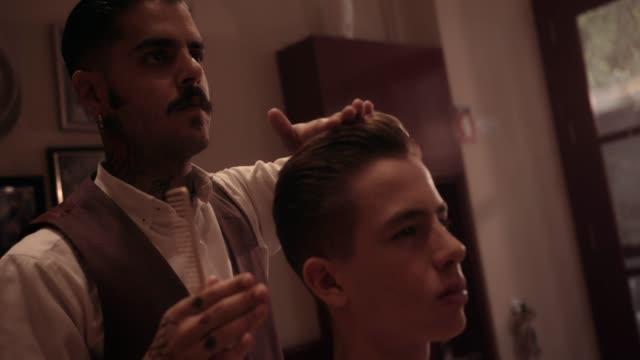 Cabello-de-hipster-peluquería-estilo-joven-Barberia-antigua