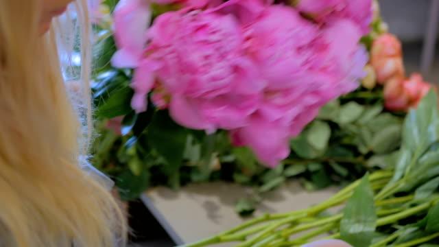 Florist-woman-making-bunch-at-flower-shop