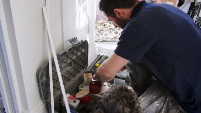 Obrero-con-mascota-perro-seleccionar-herramienta-de-cuadro-de-herramientas