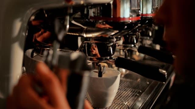 Primer-plano-de-cocer-al-vapor-la-leche-en-la-máquina-de-café-en-café-barista