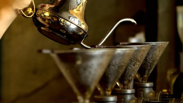 Barista-preparación-de-café-método-Vierta-encima-cafeteras-de-goteo-