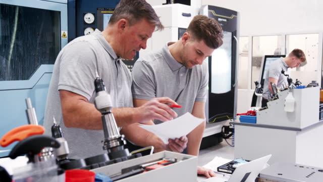 Aprendiz-de-ingeniero-que-muestra-cómo-utilizar-Software-CAD-en-portátil