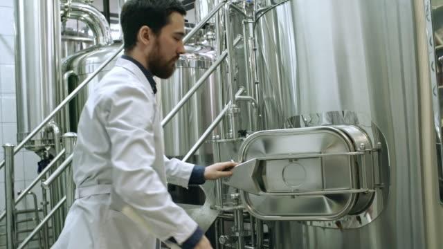Trabajador-de-cervecería-preparando-grano-para-moler-para-cerveza