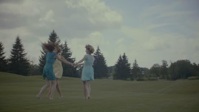 Tres-novias-ronda-danza-en-campo-del-verano