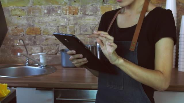 Ein-attraktives-Mädchen-arbeitet-auf-einem-Tablet-
