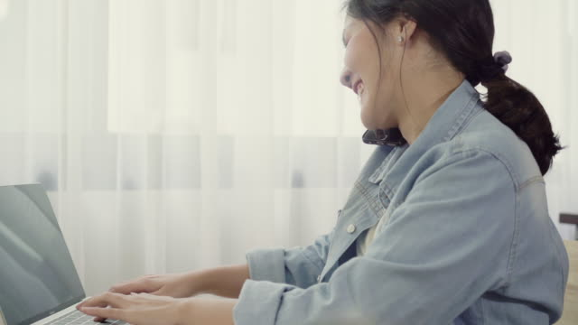 Empresario-joven-asiático-inteligente-hermosa-mujer-empresario-de-PYME-en-línea-utilizando-smartphone-llamada-recibir-del-cliente-y-utilizando-laptop-trabajando-en-casa-Pequeño-empresario-en-concepto-de-la-oficina-en-casa-