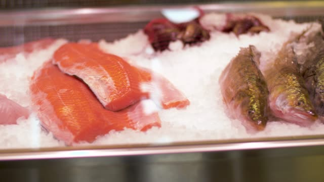 seafood-on-ice-in-fridge-at-fish-shop