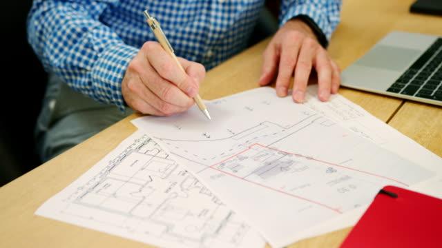 Arquitecto-es-bosquejar-planes-de-casa-en-su-estudio