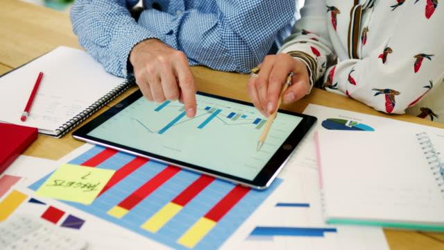 Compañeros-de-trabajo-análisis-de-datos-financieros-en-su-oficina