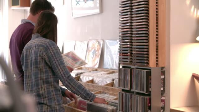 Dos-personas-recorres-los-registros-en-un-registro-de-compras