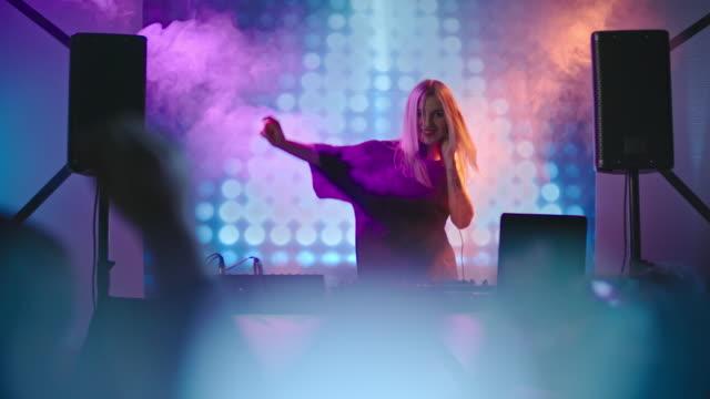 DJ-mujer-cantando-y-bailando
