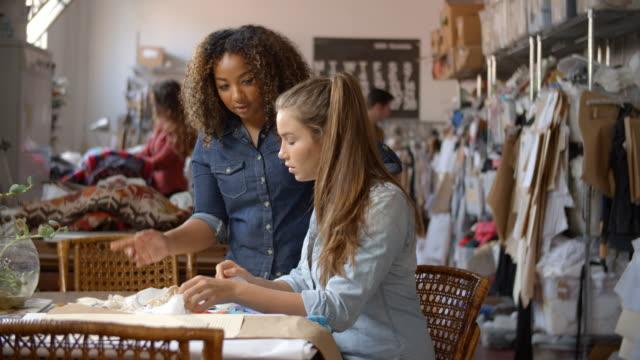Steht-Frau-Lehrling-bei-Kleidung-Design-Studio-zu-trainieren