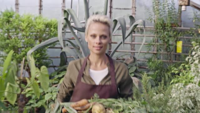 Mujer-feliz-trabajando-en-la-granja