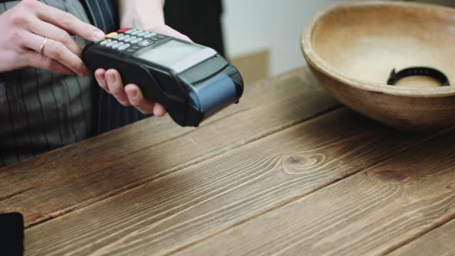 Kunden-zahlen-mit-Kreditkarte