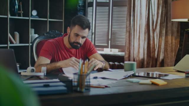 Hombre-de-negocios-joven-firma-de-documentos-en-la-oficina-Hombre-de-firmar-papeles-en-el-lugar-de-trabajo
