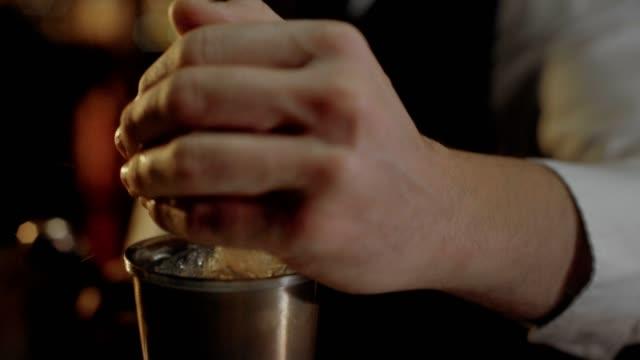 Barkeeper-zeigt-seine-Kunst-von-Mixind-Getränken