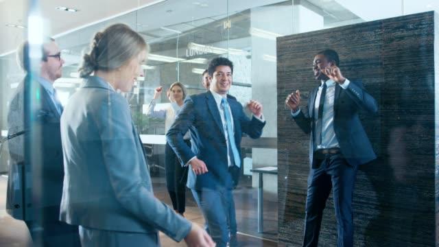 Heterogene-Gruppe-von-Geschäftsleuten-feiern-Abschluss-der-Deal-und-Tanz-Lustig-und-freundlich-Thema-