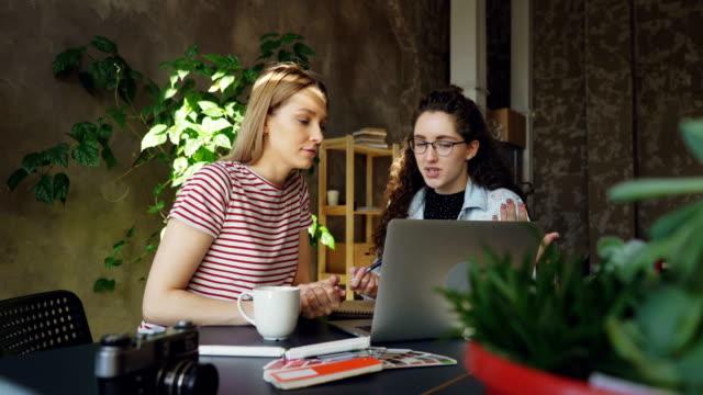 Start-Unternehmer-sind-abgeschlossen-die-Überprüfung-Laptops-und-feiert-Erfolg-mit-hohen-fünf-Sie-sind-fröhlich-und-optimistisch-in-Bezug-auf-Ergebnisse-der-Arbeit-