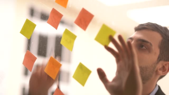 Hombre-de-negocios-pensando-en-nuevas-ideas-para-su-nuevo-negocio