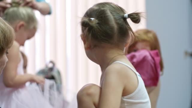 Chica-vestirse-para-clase-de-Ballet