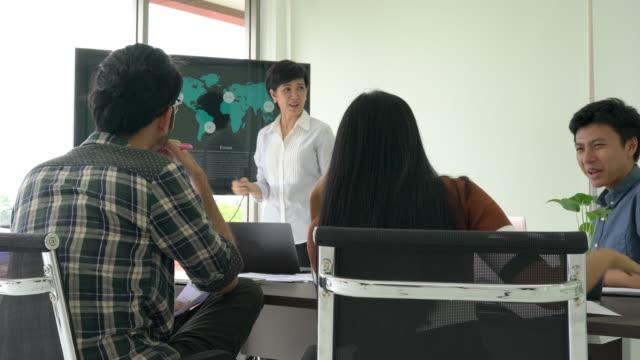 Business-Frau-präsentieren-Projektplan-und-treffen-gemeinsam-für-den-Austausch-von-Geschäftsideen-Konzept-des-Brainstorming-Krieg-Raum-treffen-Teamarbeit-und-Armaturenbrett-
