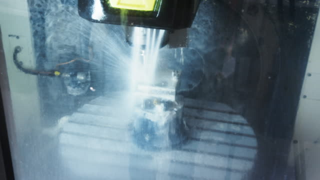 Primer-plano-del-componente-está-trabajando-en-la-máquina-CNC
