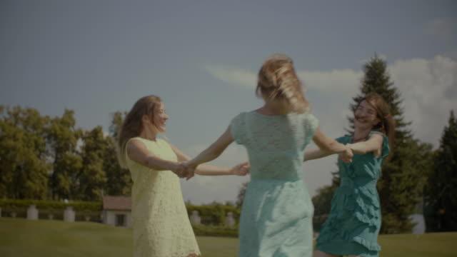 Alegres-hermosas-novias-girando-en-el-Prado