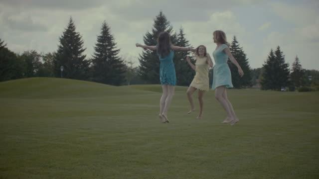 Mujeres-bonitas-muy-contentos-disfrutando-de-libertad-en-la-naturaleza