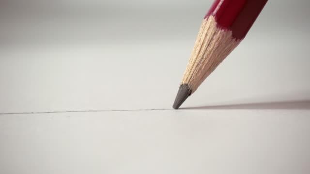 Manos-de-artistas-dibujo-línea-escribe-con-lápiz-sobre-papel