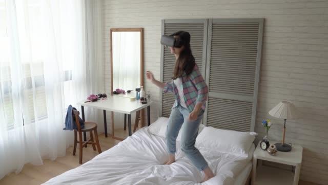mujer-de-interactuar-con-la-gente-virtual-en-pantalla
