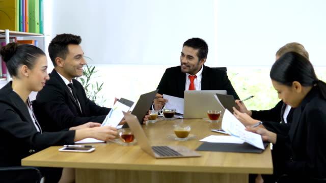 Geschäftsleute-in-einer-Besprechung-Kollegen-und-Chef-Ausbildung-neues-Projekt-reden-Sie-fassen-über-Projekt-des-Unternehmens-monatlich-