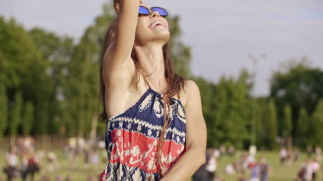 Verrückte-Frau-tanzen-beim-Musikfestival