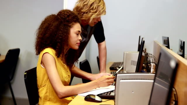 Student-helping-his-friend-with-computer