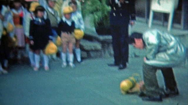 1972:-Uniforme-escolar-japonés-boys-aprender-sobre-la-seguridad-