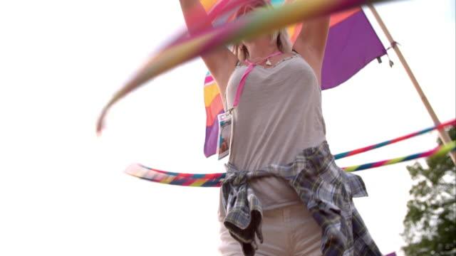 Bailarina-de-hula-el-hula-hoop-con-dos-al-básquetbol-en-un-festival-cámara-lenta